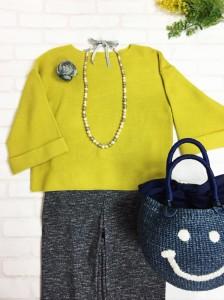 黄色カットソーとスマイルバッグ